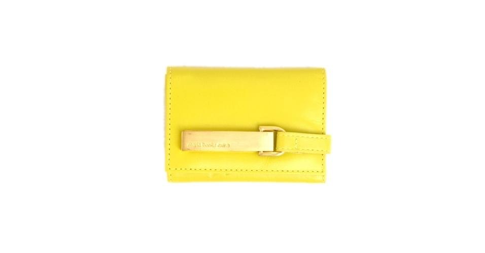 Carteira pequena amarela; R$ 369, na Maria Bonita Extra (Tel.: 11 3063-3609)