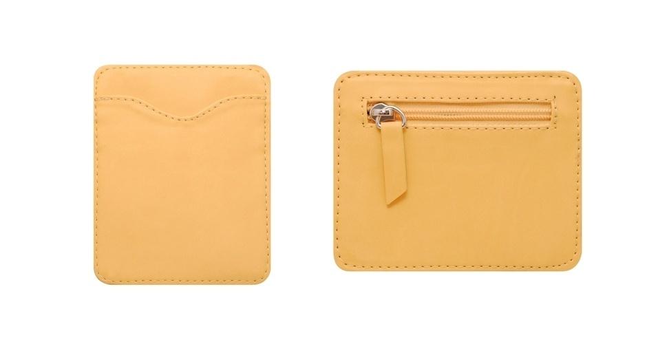 Carteira pequena em couro sintético amarelo; R$ 65, na Canna (Tel.: 11 9248-5469)