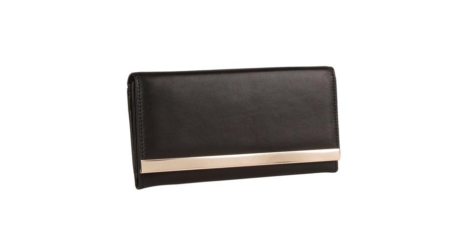 Carteira preta com detalhe em metal dourado; R$ 89,90, na Shoestock (Tel.: 11 3045-1200)