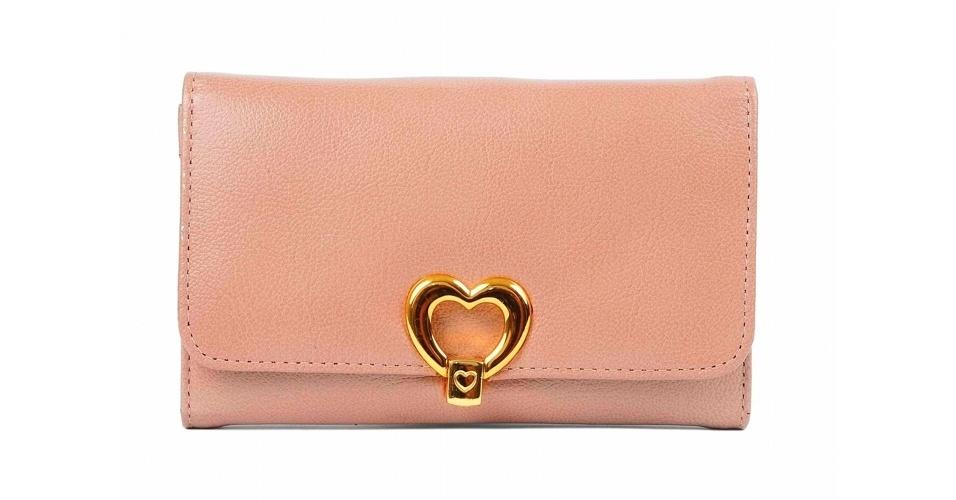 Carteira rosa com coração; R$ 126, na Checklist (SAC: 11 3047-6507)