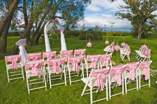 Laço na cadeira rústica: essa opção, mais simples, fica melhor para cerimônias ao ar livre.