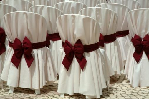 Tecido branco e laço na cor predominante da sua decoração: Vai bem tanto para casamentos no sítio quanto para refeições em salões fechados.