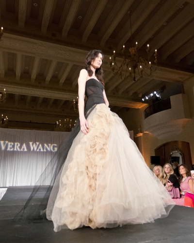 Desfile Vera Wang na feira de noivas Unveiled - Bridal Style Revealed, em Los Angeles (01/04/2012)