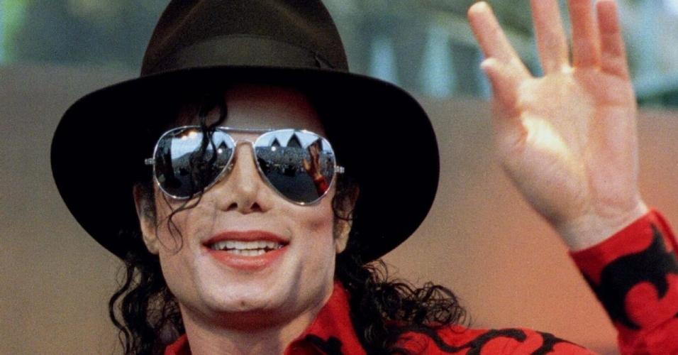 Michael Jackson acena para fãs na Austrália (17/11/1996)