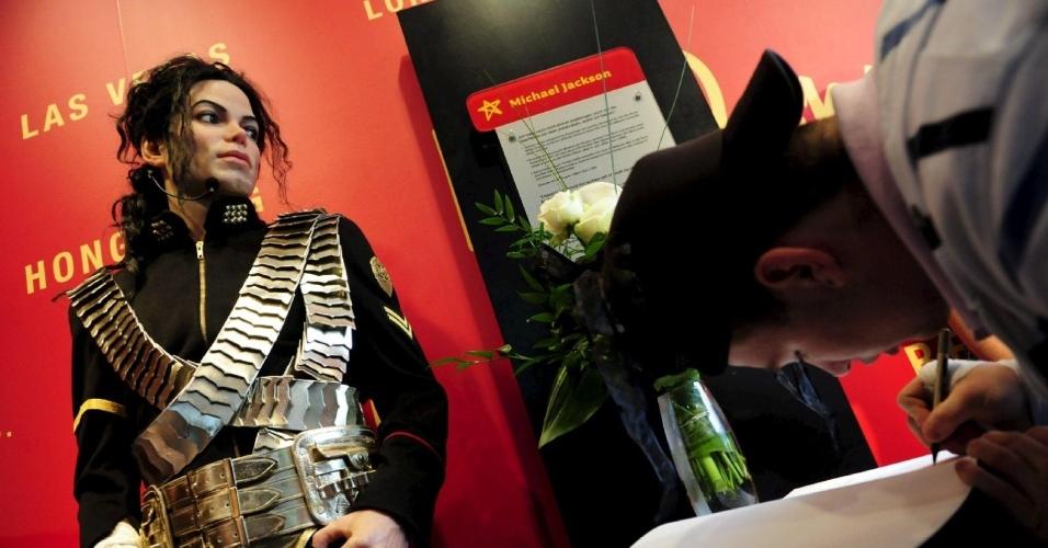 Fã assina livro de condolências ao lado de estátua de cera em Berlim, Alemanha (26/06/2009)
