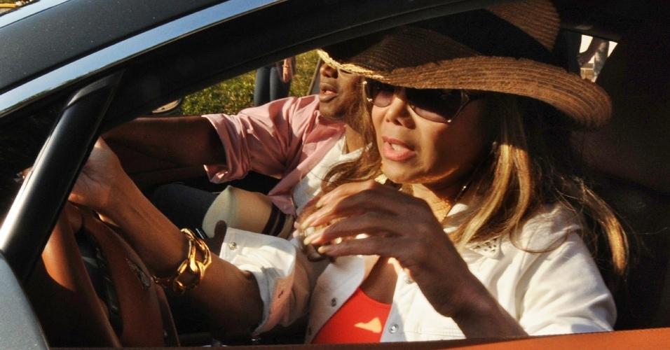 La Toya Jackson, irmã do cantor, chega ao hospital UCLA Medical Center, em Los Angeles (25/06/2009)