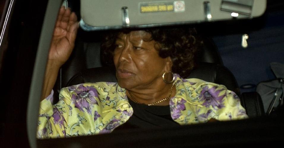 Katherine Jackson, mãe de Michael, na saída da casa do astro (27/06/2009)