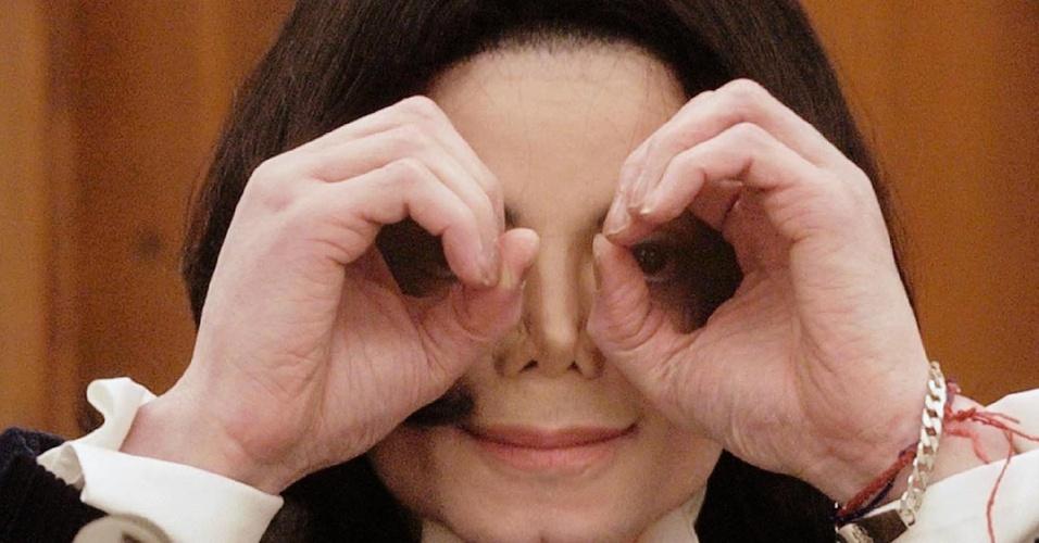 Michael Jackson posa para fotógrafo em Santa Maria (03/12/2002)