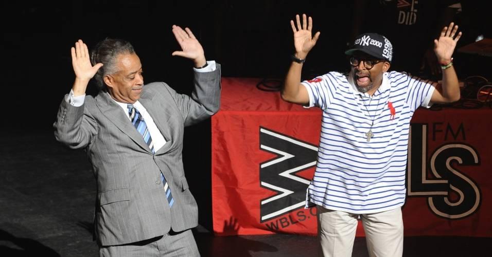 O Reverendo Al Sharpton (esq) e o cineasta Spike Lee participam de homenagem a Michael Jackson no teatro Apollo, em Nova York (30/06/2009)