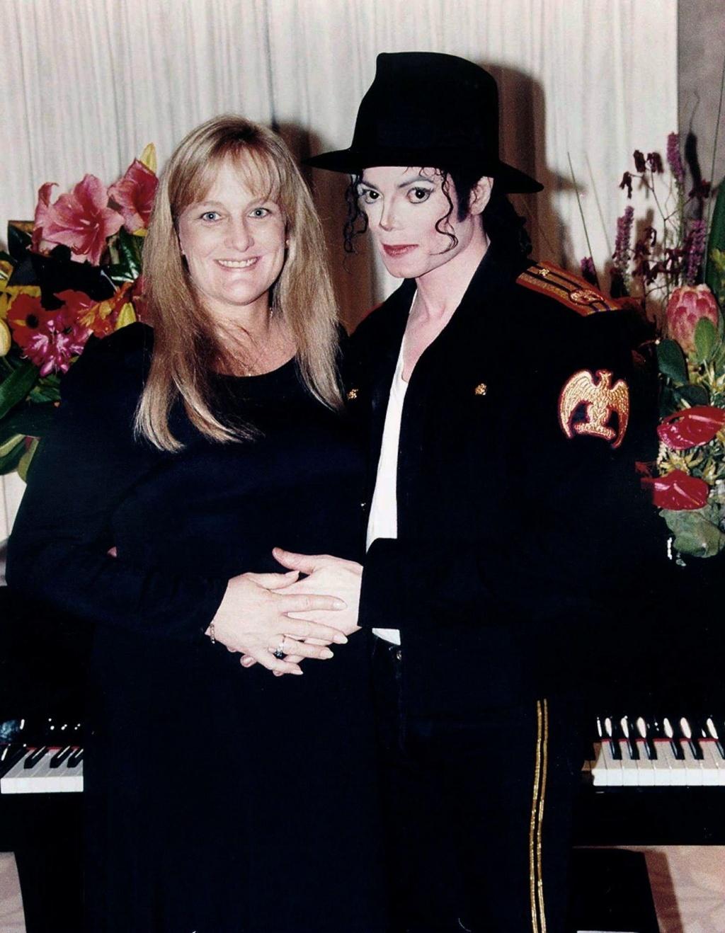 Debbie Rowe e Michael Jackson posam para foto de casamento na Califórnia (14/11/1996)