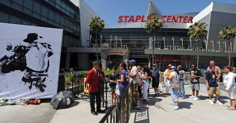 Fãs fazem fila para assinar poster com imagem de Michael Jackson