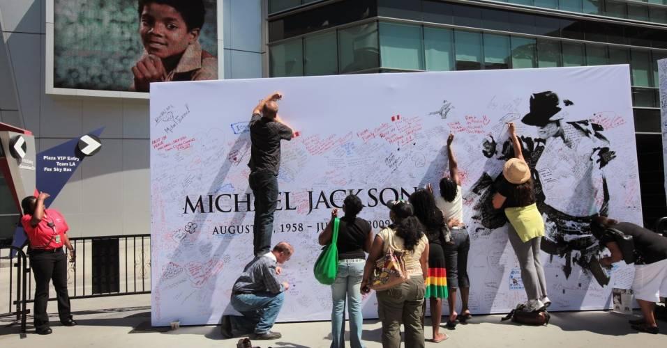 Fãs de Michael Jackson deixam mensgens em painel instalado em frente ao Staples Center, em Los Angeles (06/07/2009)