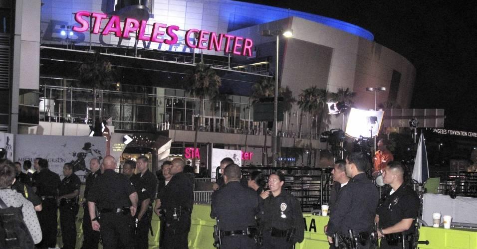 Policiais de Los Angeles em frente ao Staples Center, onde será realizada a homenagem a Michael Jackson (07/07/2009)