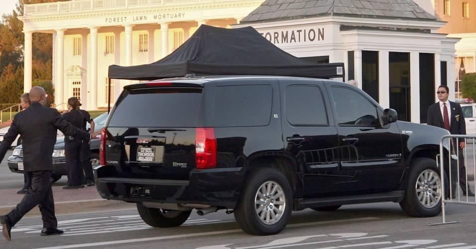 Veículo com os filhos de Michael Jackson chega ao cemitério Forest Lawn, em Los Angeles, onde o cantor será enterrado (06/07/2009)