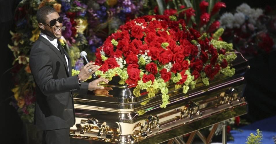 Usher canta ao lado do caixão de Michael Jackson durante homenagem ao astro pop (07/07/2009)