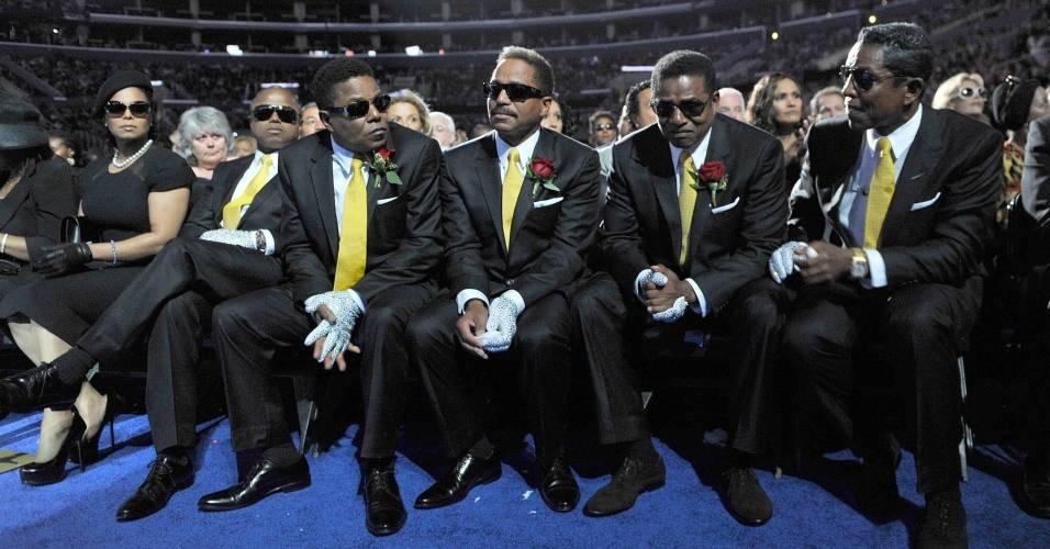 Os irmãos Jackson Randy, Tito, Marlon, Jackie e Jermaine no funeral de Michael (07/07/2009)