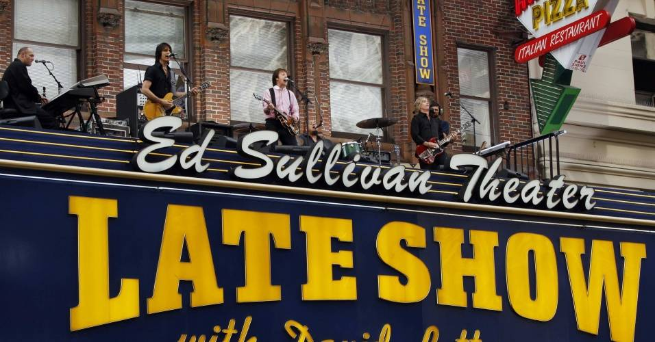 Paul McCartney e banda tocam sobre marquise do teatro Ed Sullivan em Nova York (15/07/2009)