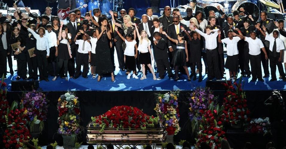 Membros da família de Michael Jackson e artistas cantam