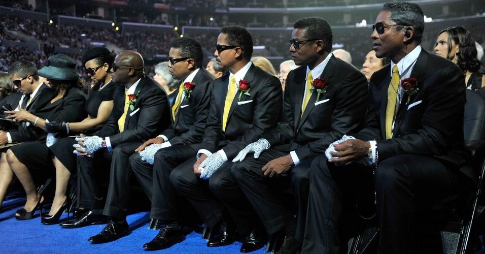 Da esquerda para a direira, o rapper Omer Bhatti ao lado dos irmãos Jackson: Rebbie, Janet, Randy, Tito, Marlon, Jackie e Jermaine na cerimônia a Michael Jackson (08/07/2009)