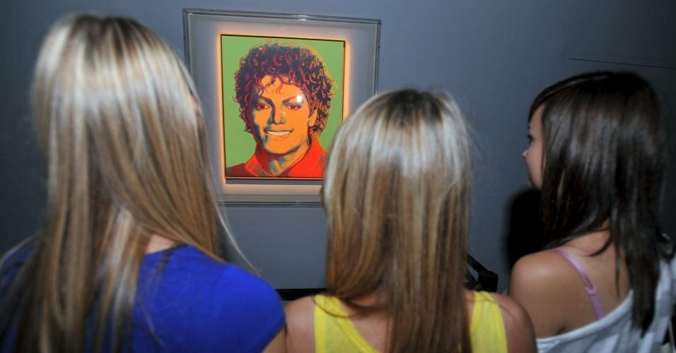 Visitantes observam quadro de Michael Jackson pintado por Andy Warhol, em Londres (05/08/2009)