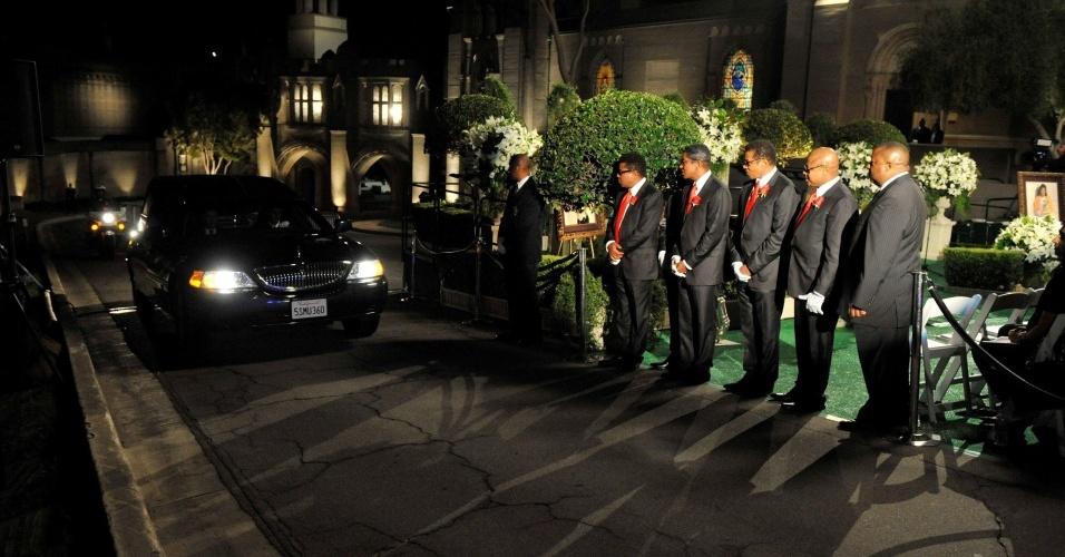 Os irmãos Jackson Jermaine, Tito, Marlon, Jackie e Randy receberam o caixão banhado a ouro de Michael Jackson