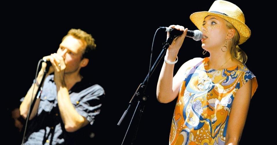 Scarlett Johansson se apresenta ao lado de Jim Reid, vocalista do Jesus and Mary Chain