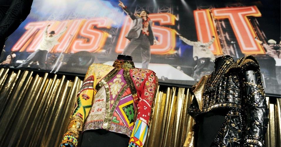 Roupas de Michael Jackson são expostas em Londres em mostra oficial sobre o cantor, que abre em 28/10/09