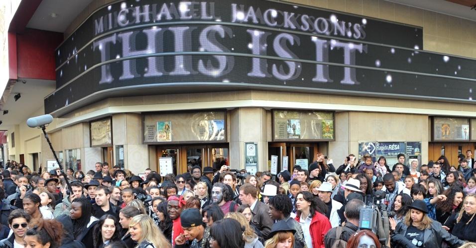 Fãs de Michael Jackson saem de cinema em Paris após assistirem ao documentário