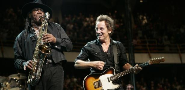 O saxofonista Clarence Clemons ao lado de Bruce Springsteen durante show com a E Street Band