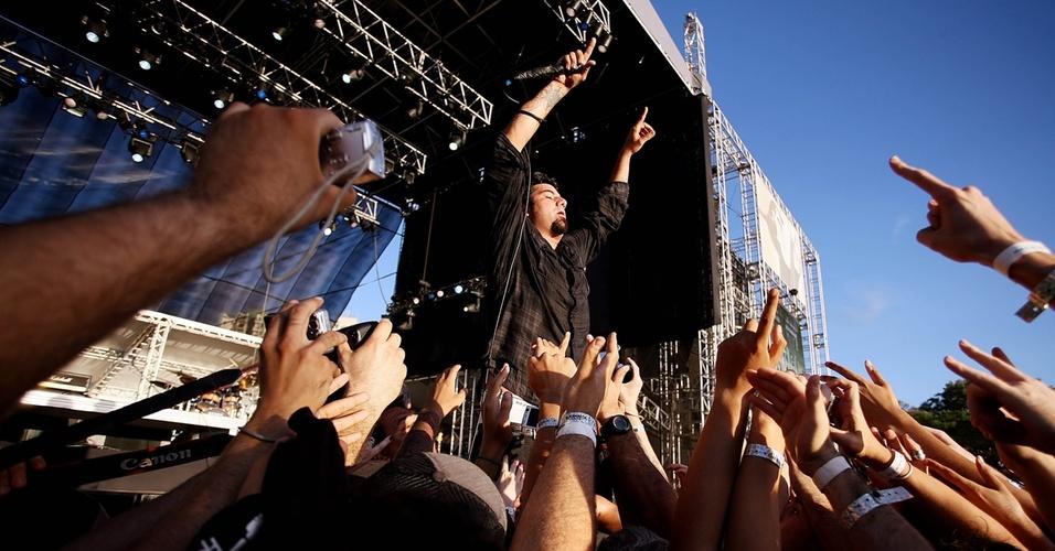 Chino Moreno próximo do público durante show do Deftones no Maquinária Festival, em São Paulo (07/11/2009)