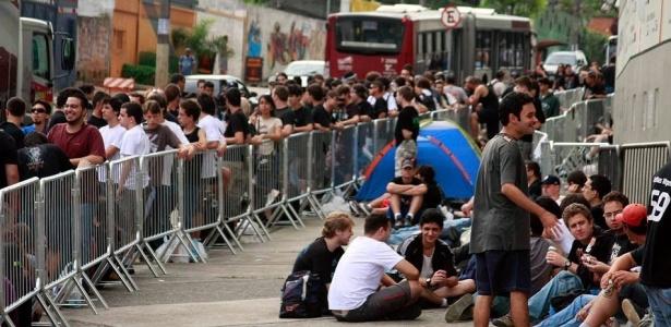 Fãs do AC/DC fazem fila no Estádio do Morumbi, em São Paulo, antes do show (27/11/2009)