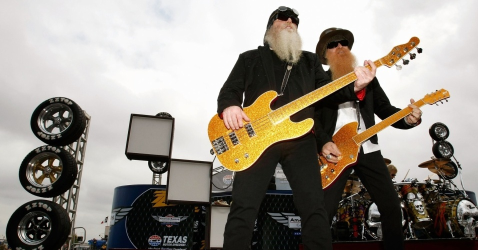 Dusty Hill (esq) e Billy Gibbons durante show do ZZ Top em  evento automobilístico no Texas, EUA (08/11/2009)