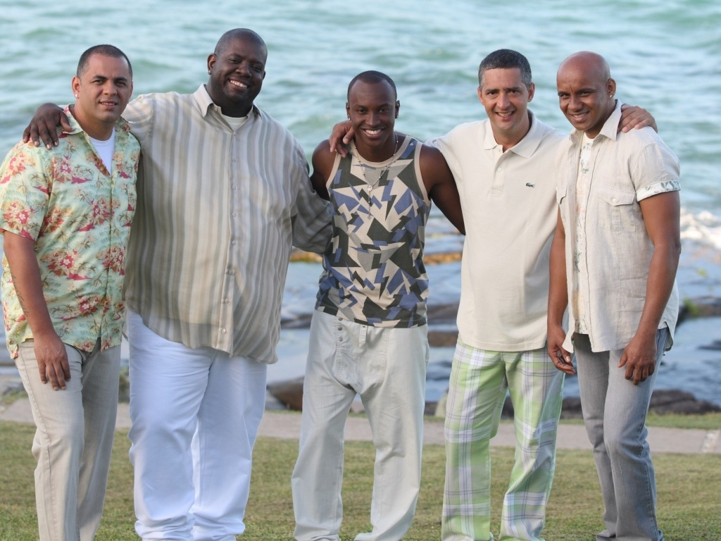 Os integrantes do grupo de pagode Exaltasamba