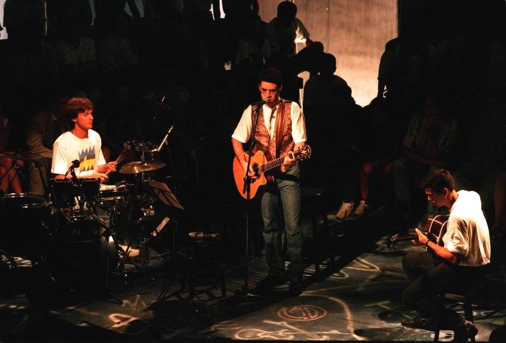 Legião Urbana durante show na gravação do Acústico MTV, em São Paulo (29/06/1992)