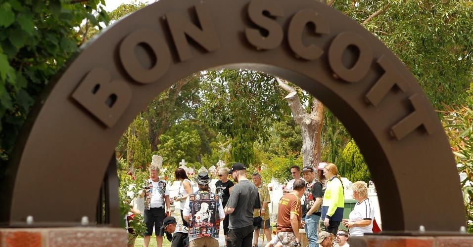 Fãs prestam homenagem aos 30 anos de morte do ex-vocalista do AC/DC, Bon Scott, no cemitério de Fremantle em Perth, na Austrália (19/02/2010)