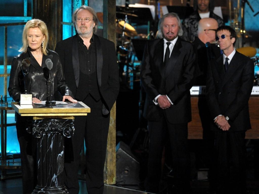 Anni-Frid Princessan Reuss (esq) e Benny Andersson do ABBA e os irmãos Barry Gibb e Robin Gibb do Bee Gees na cerimônia de inclusão no Hall da Fama do Rock, em Nova York (15/03/2010)