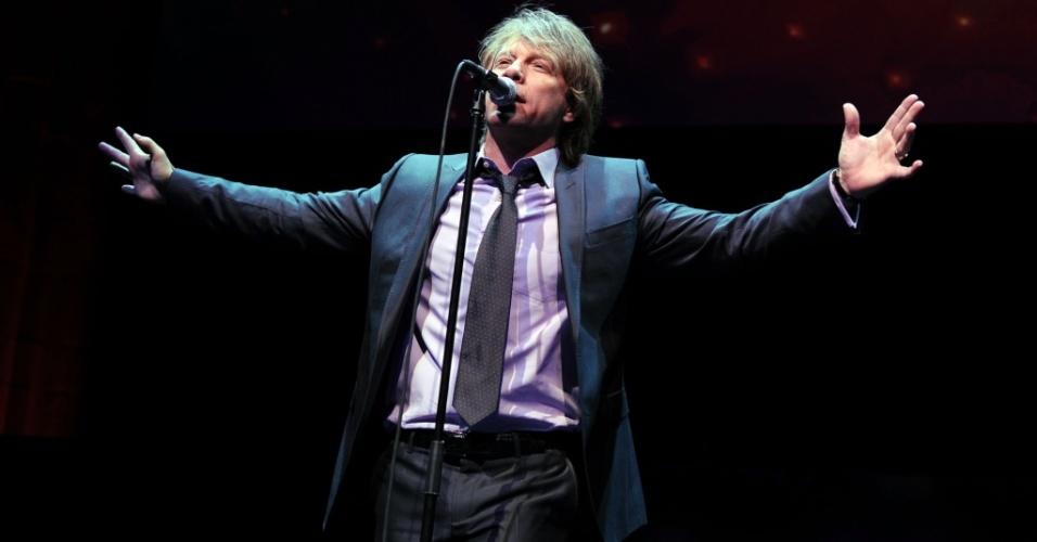Jon Bon Jovi durante show no 4º ano do evento de gala DKMS (Linked Against Leukemia), em Nova York (29/04/2010)