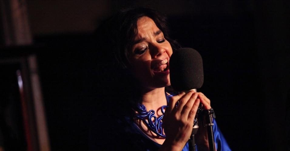 Björk canta em livraria de Nova York (08/05/2009)