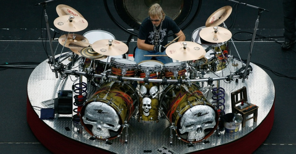 O baterista Frank Beard durante show do ZZ Top no evento da Nascar Sprint Cup Series Dickies 500 em Fort Worth, no Texas (08/11/2009)
