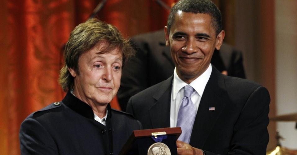 Paul McCartney segura prêmio concedido pelo presidente Barack Obama na Casa Branca, em Washington (02/06/2010)
