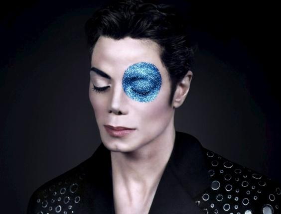 Qual o melhor ensaio fotográfico de Michael ? Michael-jackson-no-retrato-michael-jacksons-blue-eye-fotografado-por-arno-bani-em-1999-1277322710919_564x430