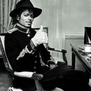 Espólio de Michael Jackson quer proibir venda de trote no cantor Michael-jackson-posa-para-foto-em-nova-york-nos-estados-unidos-07021984-1277341104747_300x300