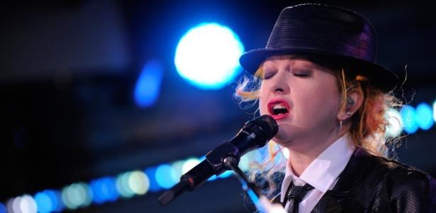 Cyndi Lauper se apresenta em programa da TV norte-americana, em Nova York (23/06/2010)