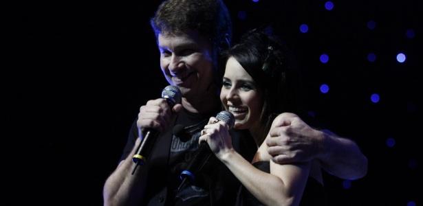 O baterista e vocalista Serginho Herval ao lado de Sandy na gravação do DVD do Roupa Nova, em São Paulo (02/07/2010)