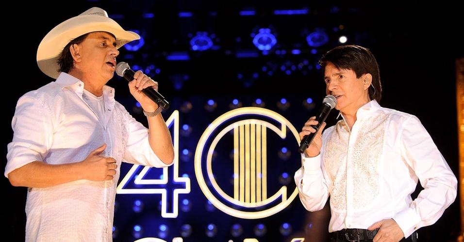 Chitãozinho e Xororó cantam durante show no Via Funchal, em São Paulo (27/07/2010)