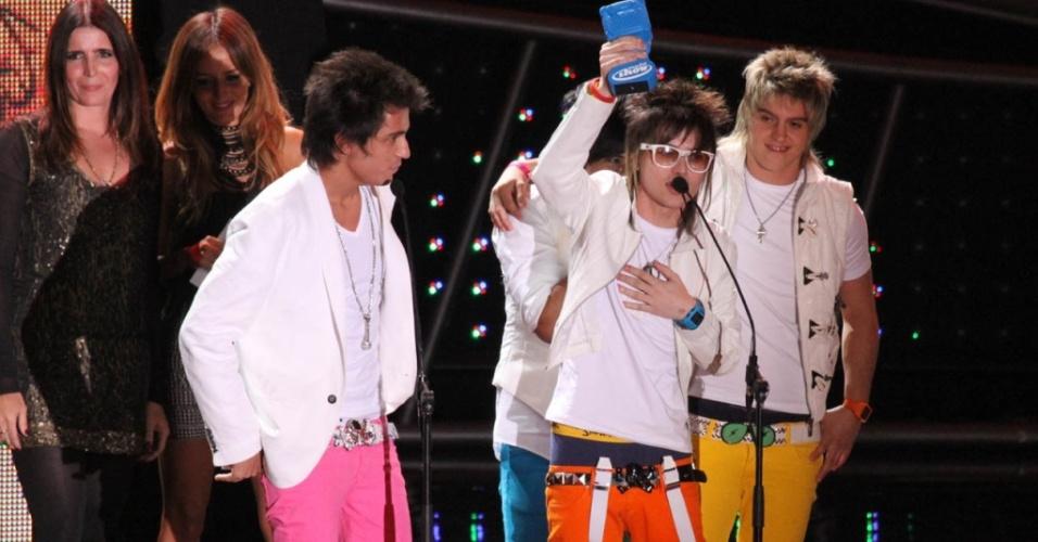A banda Restart agradece trofeu de melhor música no Prêmio Multishow 2010, no Rio de Janeiro (24/08/2010)