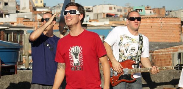Planta & Raiz durante gravação do clipe Raiou na favela de Heliópolis, em São Paulo (2010)