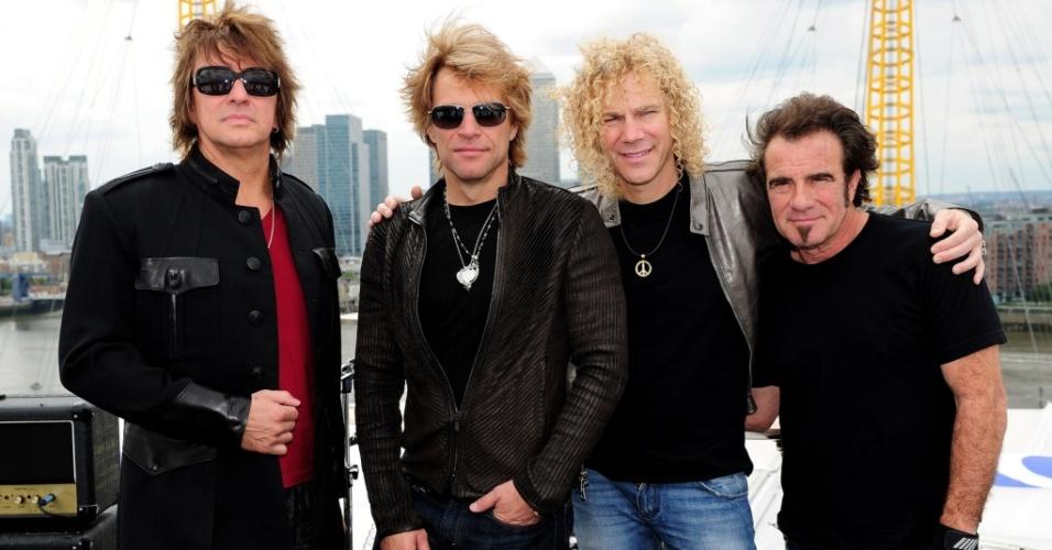 Richie Sambora, Jon Bon Jovi,David Bryan e Tico Torres, da banda Bon Jovi, no telhado da O2 Arena, em Londres (07/07/2010)