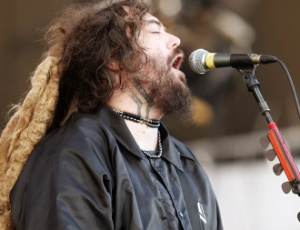 Max Cavalera em show do Cavalera Conspiracy no Festival SWU, em Paulnia, veste jaqueta da Weird