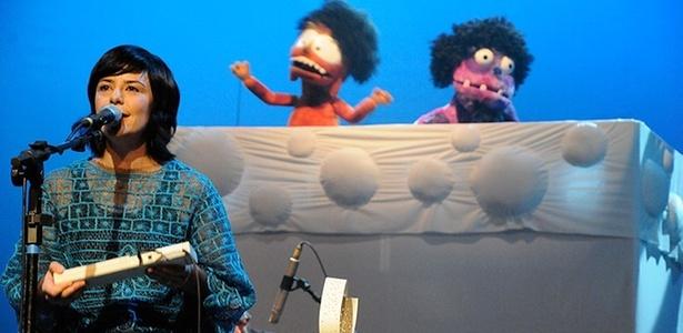 Fernanda Takai e bonecos do Giramundo durante show do Pato Fu de Música de Brinquedo (2010)